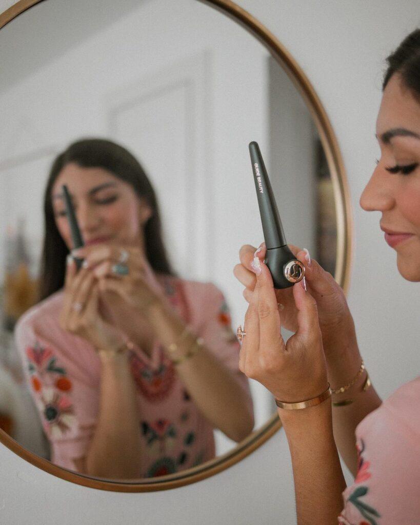 Ragazza che si trucca con prodotti Guide Beauty