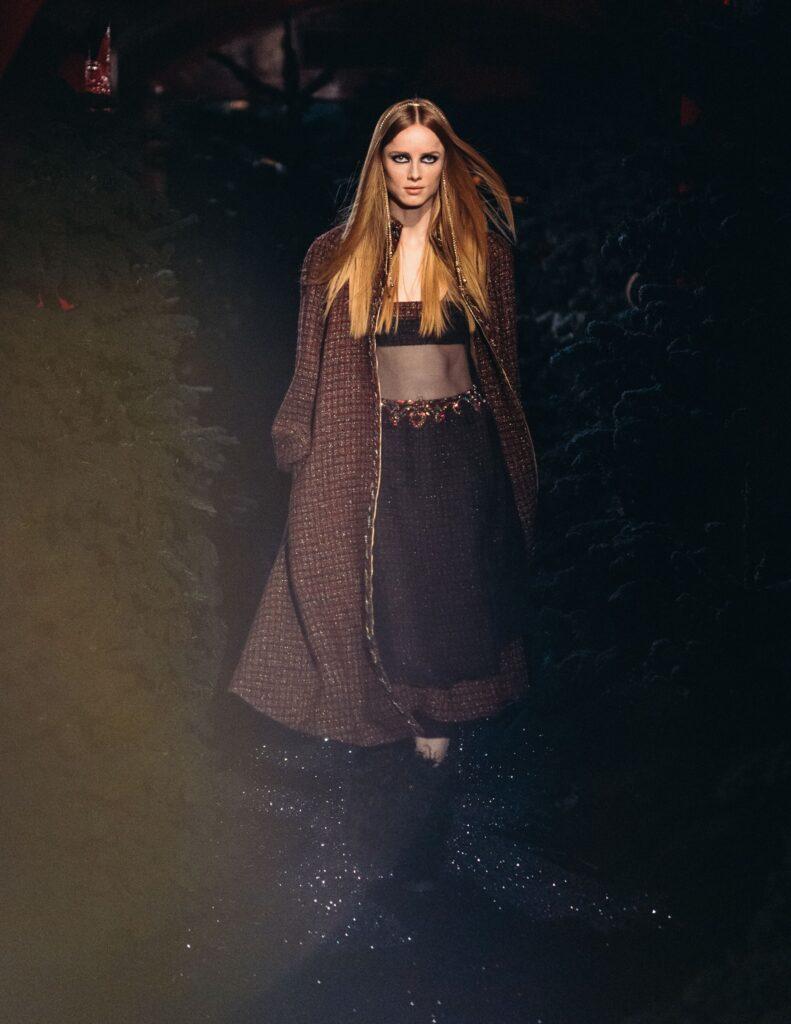 Chanel FW 21/22 Top a fascia sotto un abito di chiffon e un cappotto con zip in tweed impreziosito da una treccia